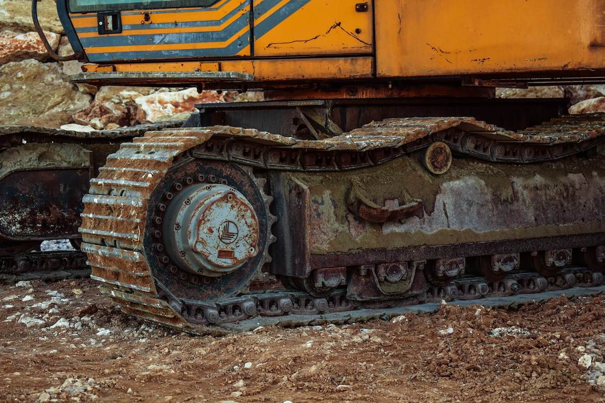 poor maintenance for loose track chain and track shoes on equipment